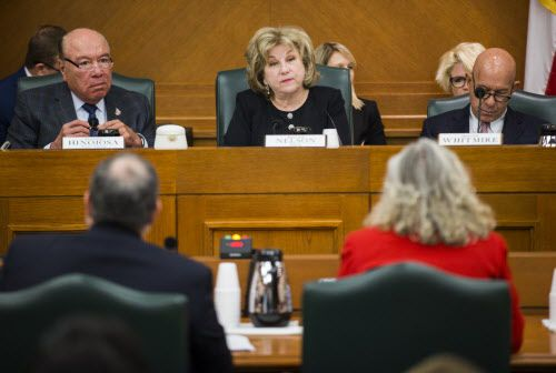 La senadora Jane Nelson (centro) propuso la ley que aumentará $5,000 a maestros de Texas. ASHLEY LANDIS/DMN