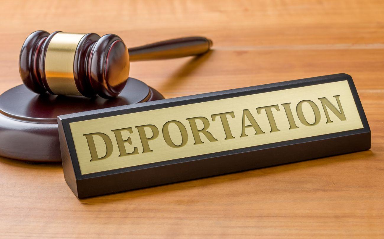La sentencia de remoción por un juez de inmigración de Estados Unidos.