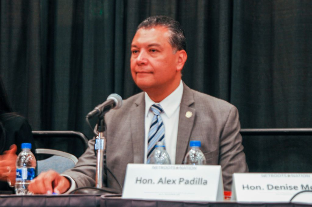 Alex Padilla, secretario de estado de California.