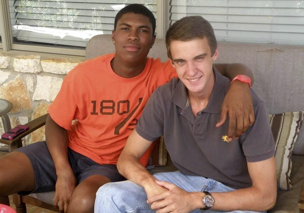 Bakari Henderson (izq), con su amigo, Travis Jenkins, en Austin, Texas.