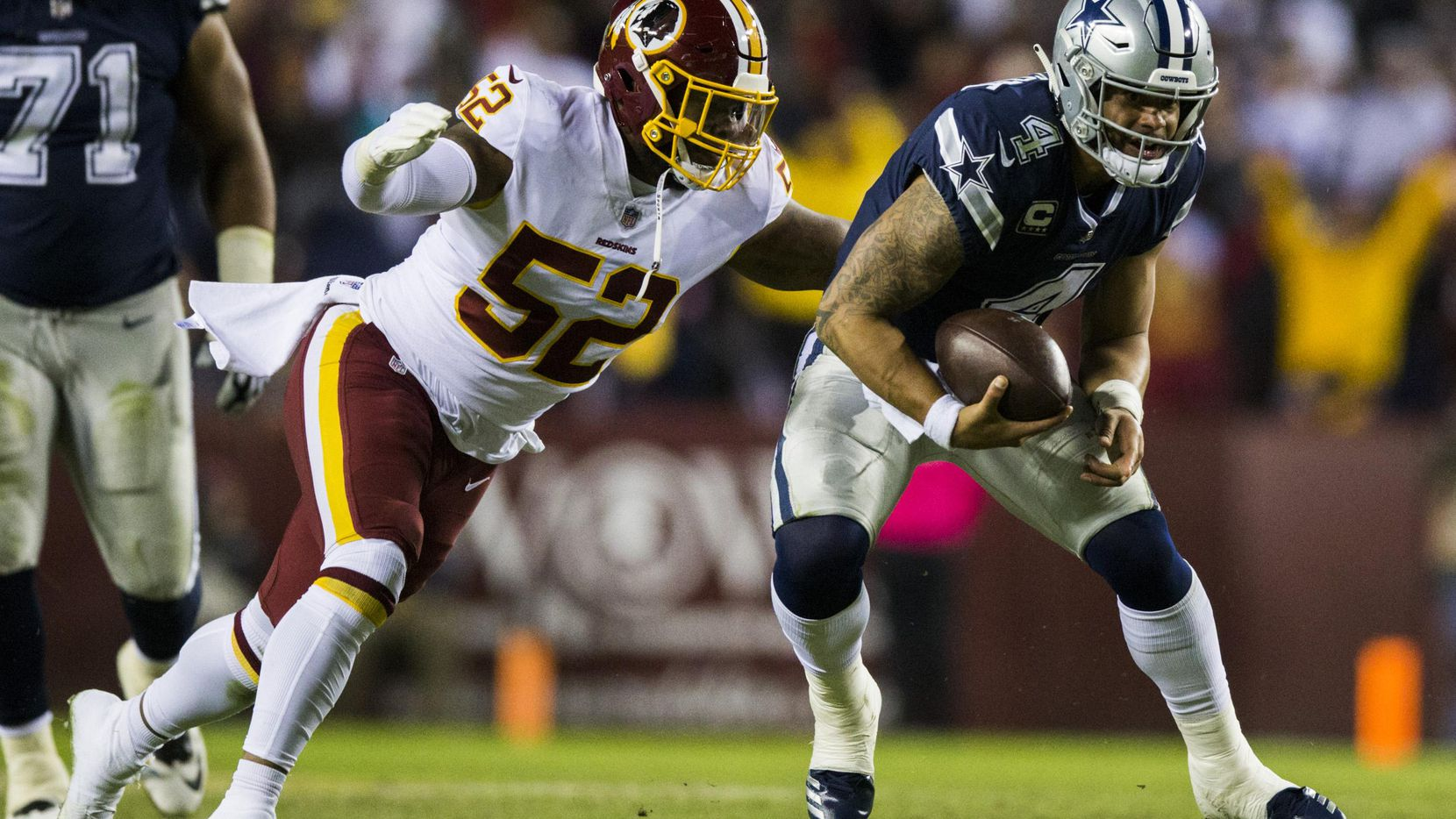 Dak Prescott (4) marical de los Cowboys de Dallas es tacleado por el liniero Ryan Anderson (52) de los Redskins de Washington, el domingo en Landover, Maryland. (DMN/ASHLEY LANDIS)