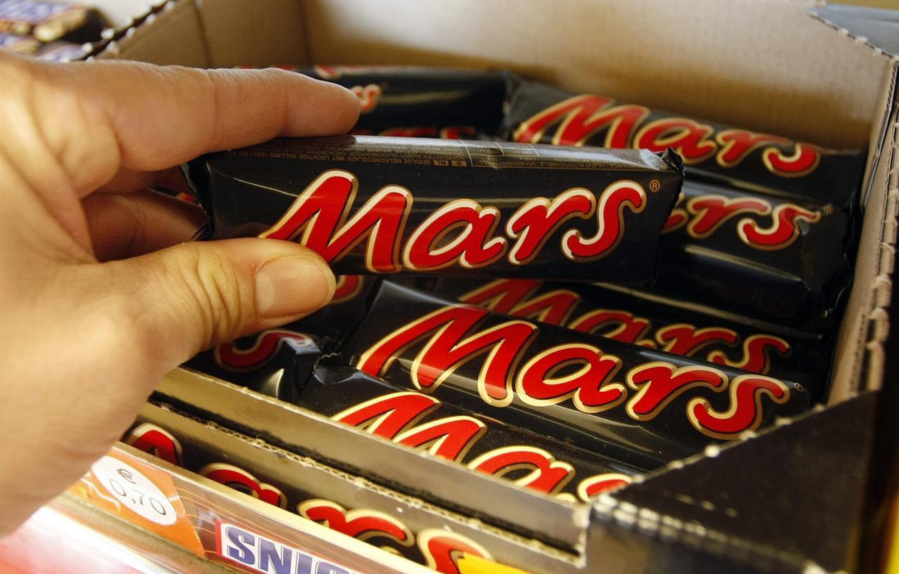 Mars, fabricante de Snickers, Milky Way y otras marcas halló plástico en sus productos. (AP/MARTIN MEISSNER)