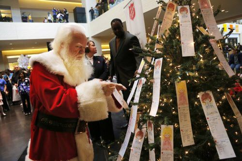 Santa Claus junto al Angel Tree de NorthPark, que ya está disponible para cumplir deseos de niños necesitados. DMN