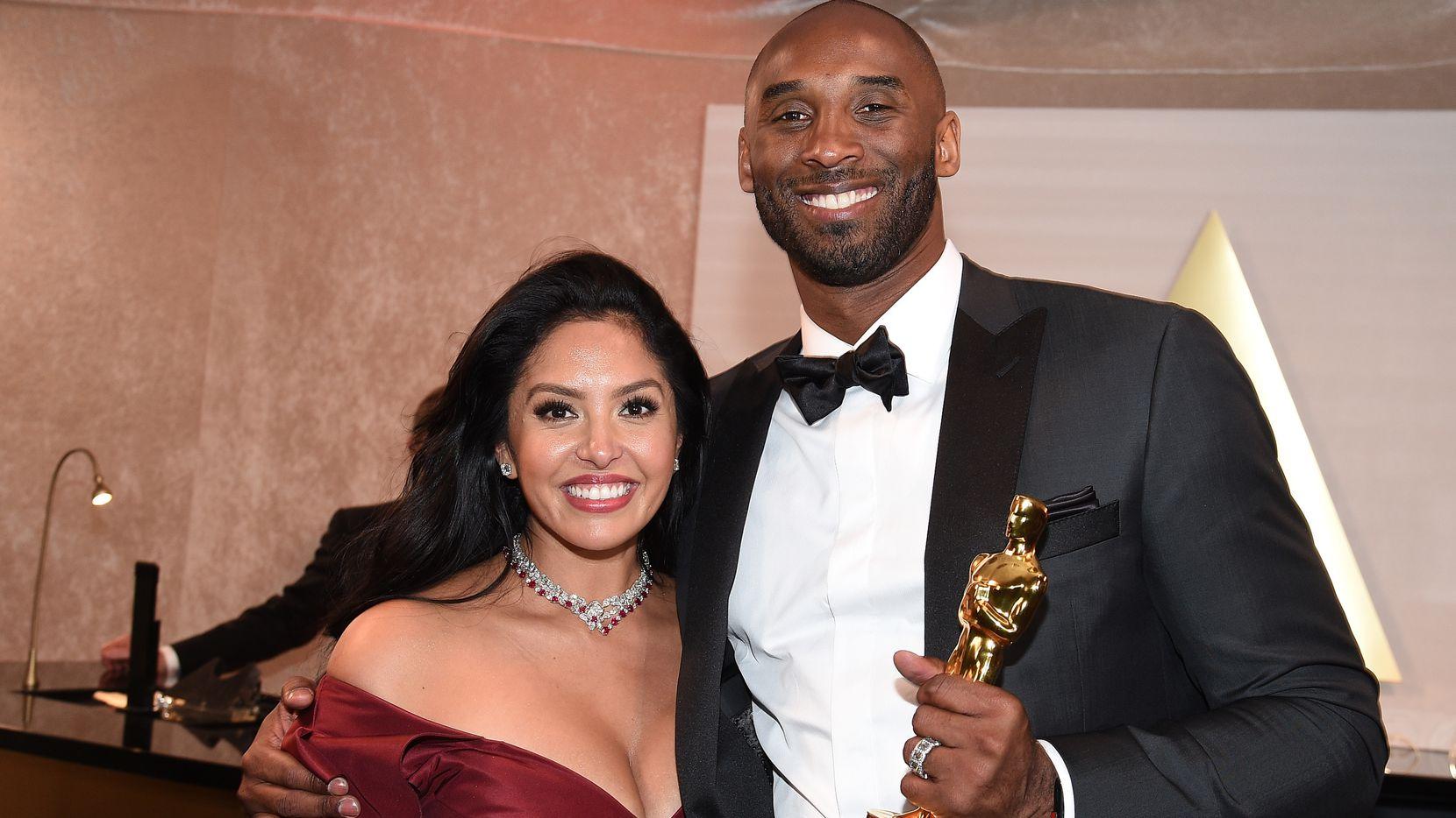 Kobe Bryant abraza a su esposa Vanessa durante la entrega de los premios Oscar, el 4 de marzo de 2018 en el Hollywood & Highland Center de Los Ángeles.