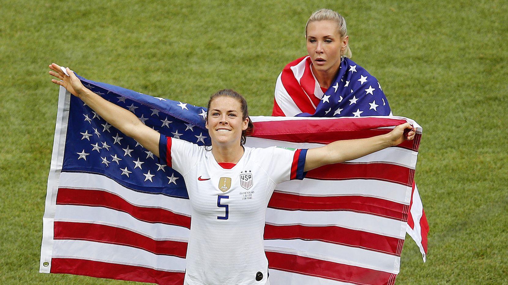 Kelley O'Hara de los Estados Unidos celebra la conquista de la Copa del Mundo Femenina. AP