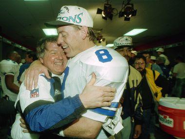 El entrenador en jefe de los Dallas Cowboys, Jimmy Johnson, abraza al mariscal Troy Aikman tras ganar el Super Bowl XXVIII ante los Bills de Buffalo en el Georgia Dome de Atlanta, el 30 de enro de 1994.