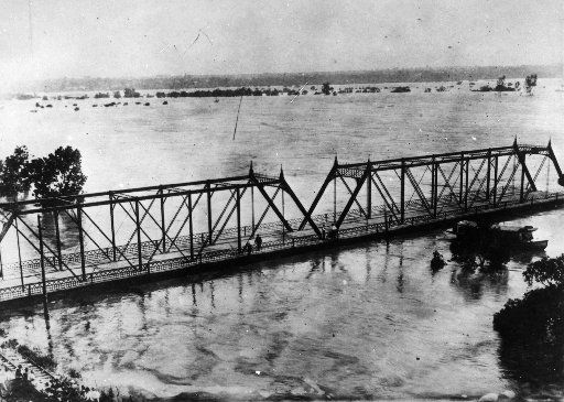 A flood in 1908 destroyed all the bridges between Dallas and Oak Cliff and left 4,000 people homeless, but it did inspire civic leaders to commission the first city plan. This is the Commerce Street bridge.