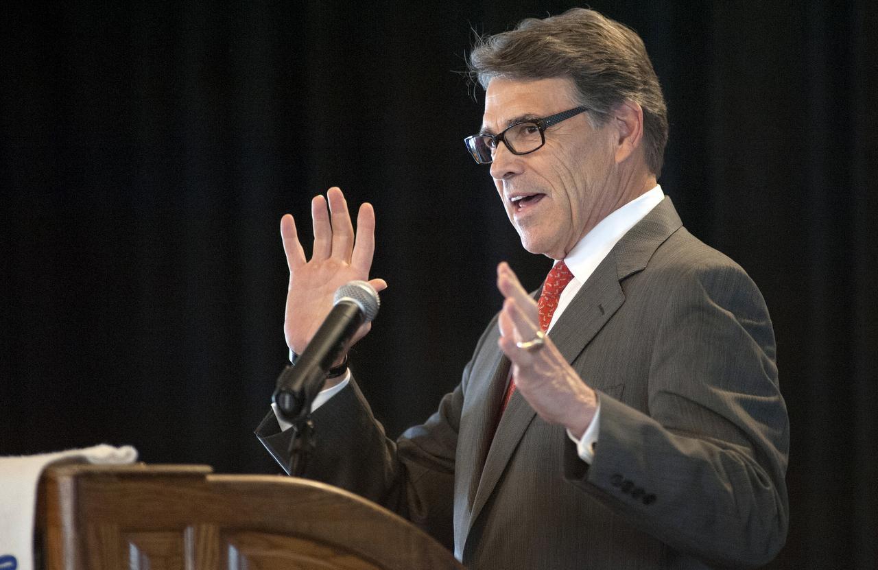 El ex gobernador de Texas, Rick Perry, al anunciar que suspendía su candidatura a la nominación republicana. (AP/SID HASTINGS)