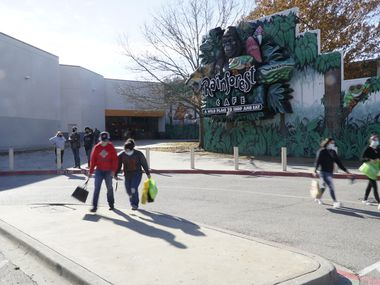 Shoppers at Grapevine Mills a couple days before Christmas last year.
