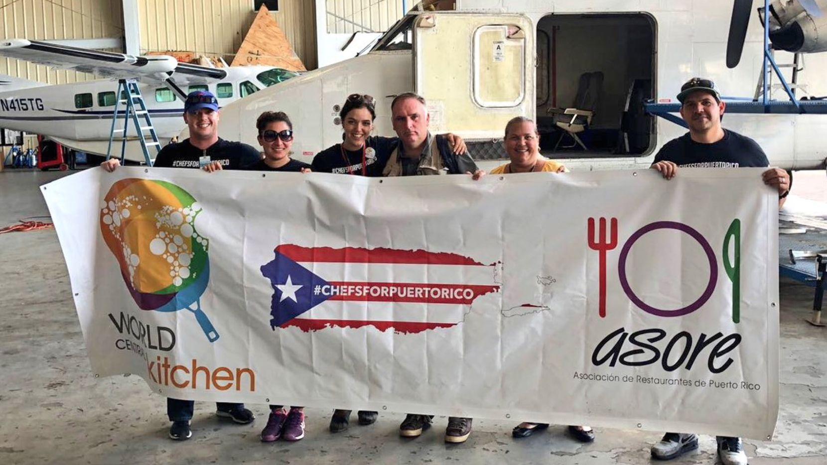 El chef José Andrés y su equipo en Puerto Rico. (TWITTER)