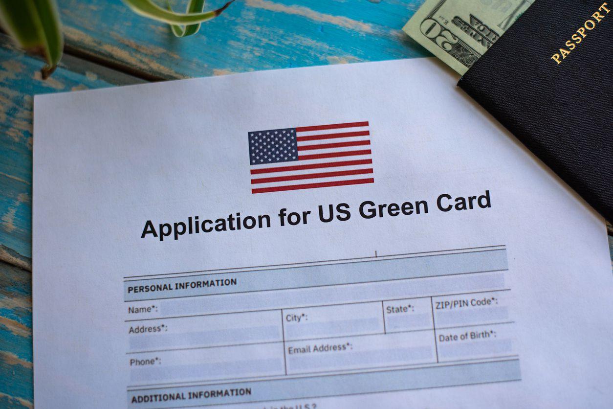 Un documento para solicitar la residencia permanente.