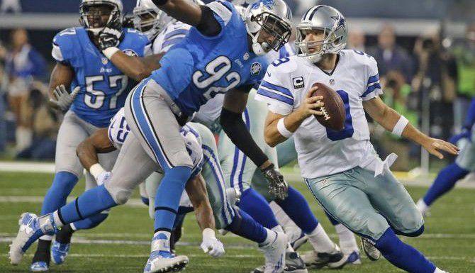 Tony Romo escapa del embate defensivo de los Lions de Detroit durante la victoria de los Vaqueros sobre los Leones la noche del domingo, en el AT&T Stadium. (DMN/LOUIS DeLUCA)