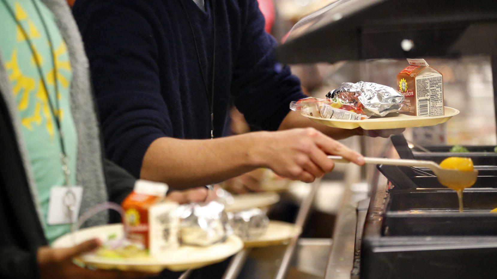 El DISD sufre la escasez de materias primas como pollo, carne, pasta, espagueti, avena, pan o hasta productos de papel, como platos y servilletas, para preparar y servir los menús en las escuelas de Dallas.
