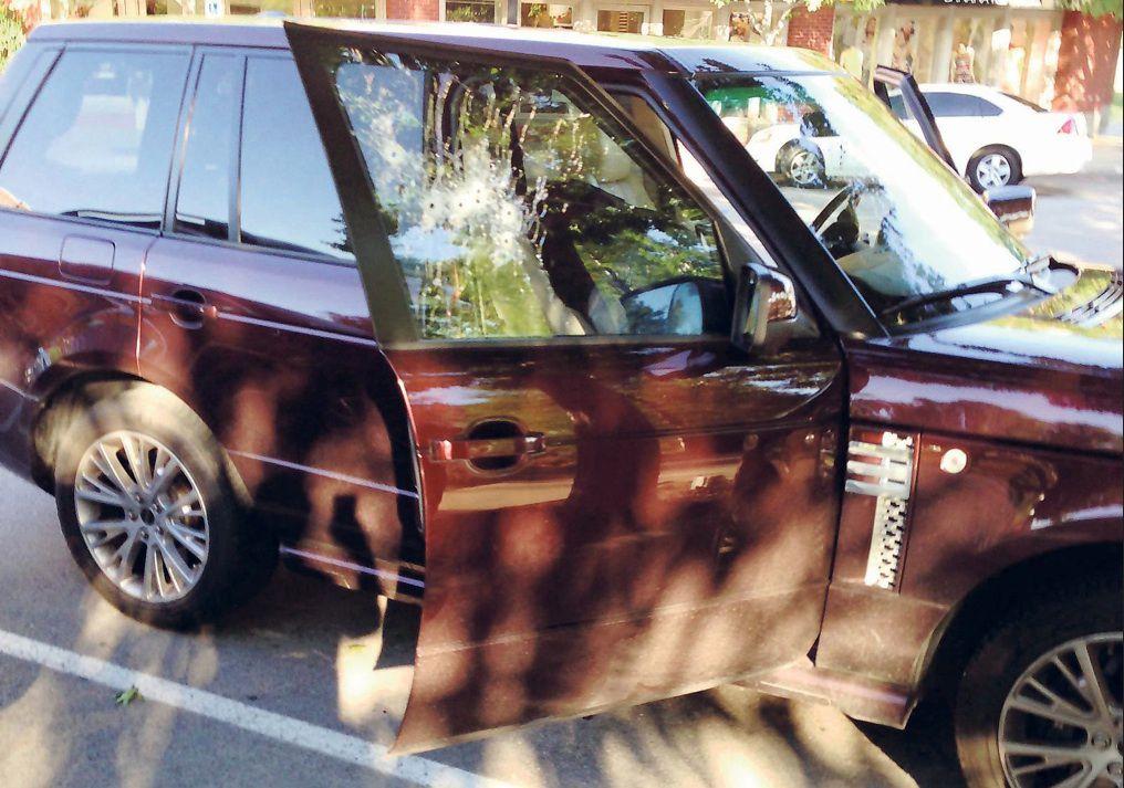 La camioneta Range Rover en la que fue asesinado Juan Jesús Guerrero Chapa, el abogado de Osiel Cárdenas Guillén, en una plaza comercial de Southlake.