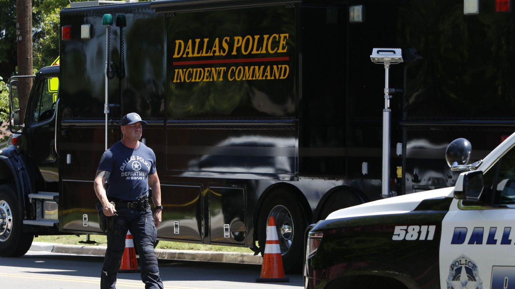 Un policía del equipo táctico SWAT camina cerca de la escena del crimen en Highcrest Drive, luego de un homicidio-suicidio que estaría relacionado con violencia doméstica.