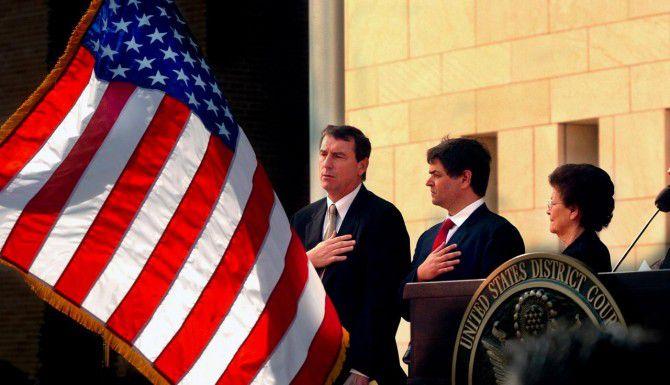 El juez Andrew S. Haden (izq.) puso en suspenso la acción diferida del gobierno de Obama. (AP/BRAD DOHERTY)