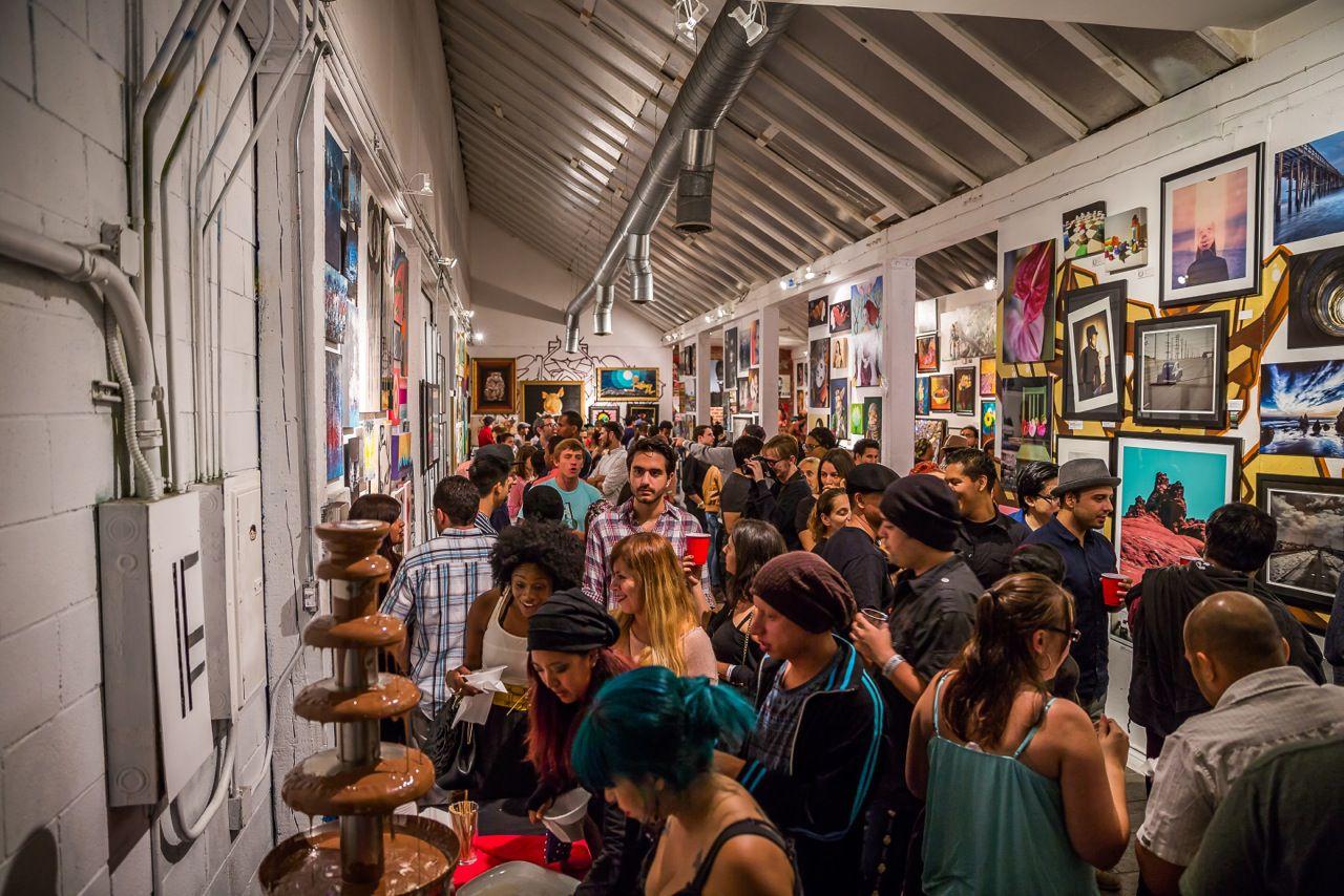 Hay fuentes de fondue de chocolate gratuitas en el show de arte de  Lofty Spaces en Dallas.
