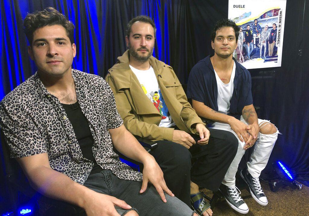 De izquierda a derecha Julio Ramírez, Jesús Navarro y Gilberto Marín, del grupo pop mexicano Reik, posan durante una entrevista con The Associated Press el 28 de marzo del 2019 en Miami. (AP Foto/Gisela Salomón)