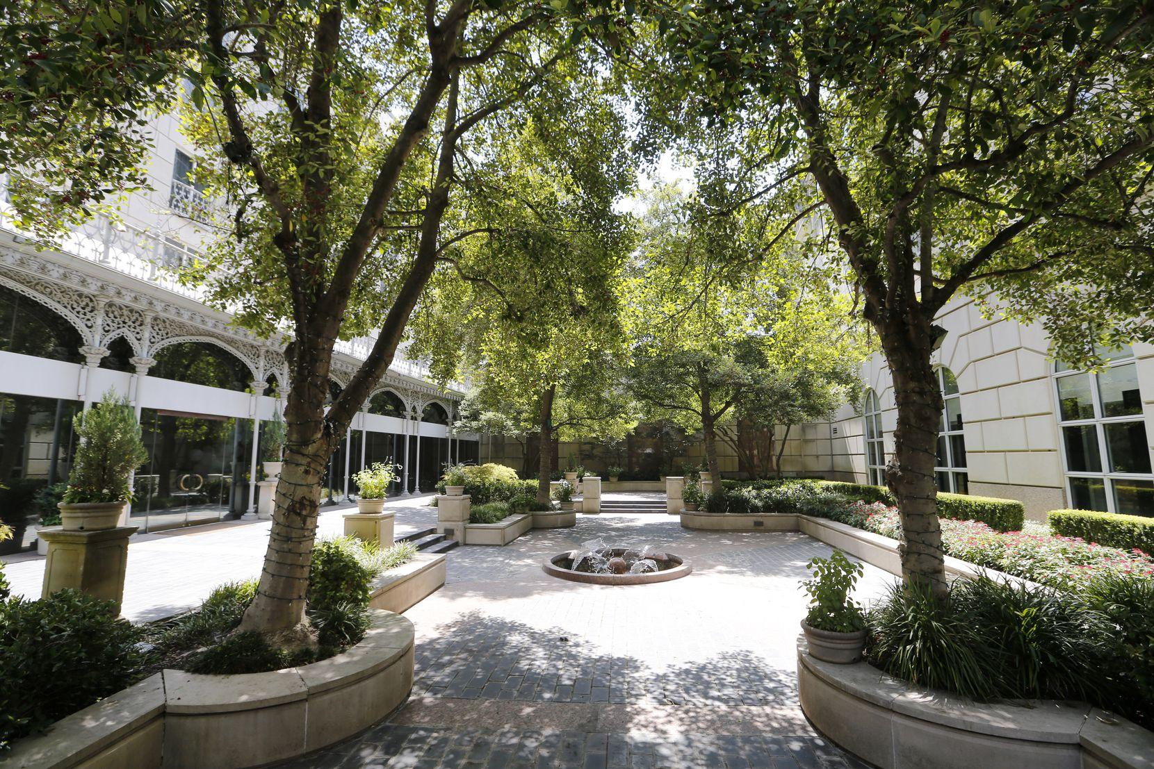 L'Hotel Crescent Court utilise sa cour comme l'un des espaces où il peut organiser des mariages pour les petites fêtes.