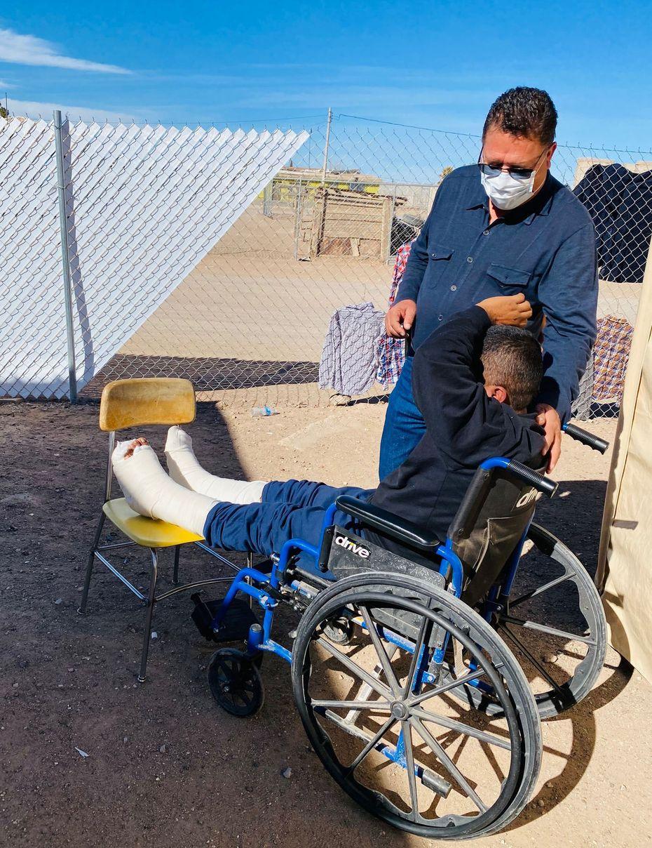 El Pastor Rosalio Salas consola a Pedro Gómez, un inmigrante de Guatemala, quien se fracturó sus piernas al caer del muro fronterizo.  Gómez convalece en el Albergue 'Tierra de Oro', en Palomas, en el lado mexicano colindante con Columbus, Nuevo México.