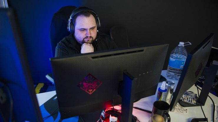 """Dallas Fuel Head Coach Aaron """"Aero"""" Atkins practices on Wednesday, January 29, 2020 at Envy Gaming headquarters in Dallas. (Ashley Landis/The Dallas Morning News)"""