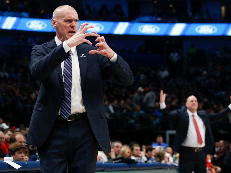 El entrenador de los Dallas Mavericks, Rick Carlisle, da indicaciones en el partido contra los Bulls de Chicago, el 6 de enero de 2019 en el American Airlines Center de Dallas.