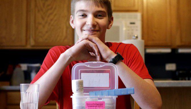 Hayden Murphy, de 13 años, es uno de 400 niños y adultos que participan en un estudio internacional para ver si las píldoras de insulina pueden prevenir la diabetes. (AP/NAM Y.HUH)