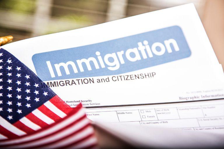 Solicitud para ciudadanía ante USCIS. iStock.