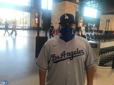 Andrés Sandoval viajó desde Los Ángeles para apoyar a los Dodgers en la Serie de Campeonato de la Liga Nacional que se juega en el Globe LIfe Field de Arlington.