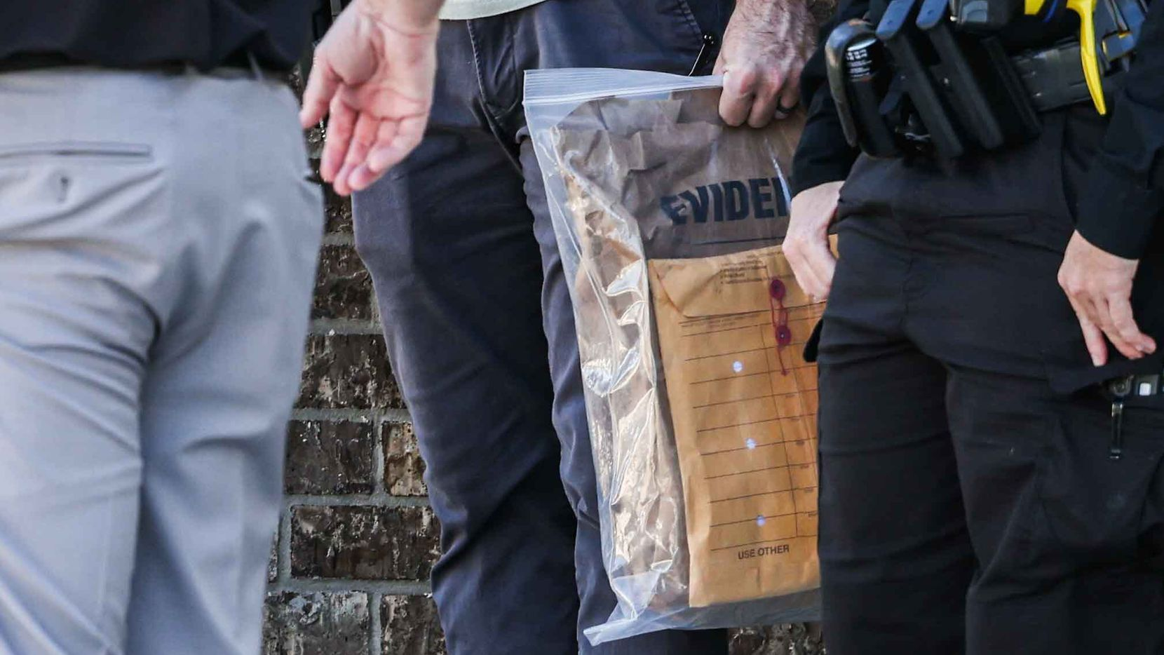 Policías de Arlington abandonan la casa de Timothy Simpkins con una bolsa con evidencia, el 6 de octubre de 2021.