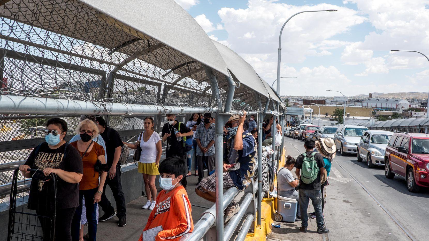 Desde el 21 de marzo, la frontera entre Estados Unidos y México permanece cerrada para el tráfico no esencial. Aun así, el flujo de personas entre ambos países es constante, como demuestra esta imagen del 26 de junio en la frontera entre Ciudad Juárez y El Paso.