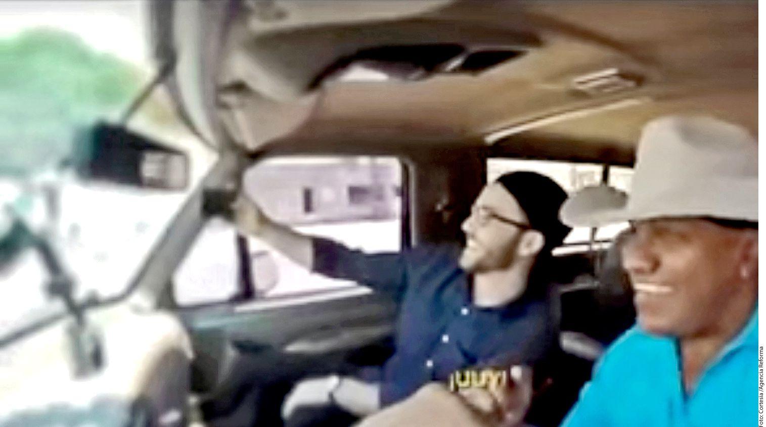 Recientemente, Lupe Esparza (der.), ex líder y vocalista del grupo Bronco, tomó el volante de una Pick Up color negro y decidió transportar a las personas que solicitan el servicio de Uber./AGENCIA REFORMA