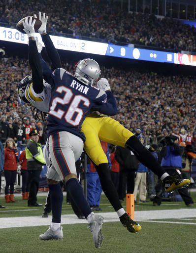 El esquinero de los Pats Logan Ryan (26) rompe un pase dirigido al receptor de los Steelers Cobi Hamilton, en el AFC championship de la NFL. (AP Photo/Elise Amendola)