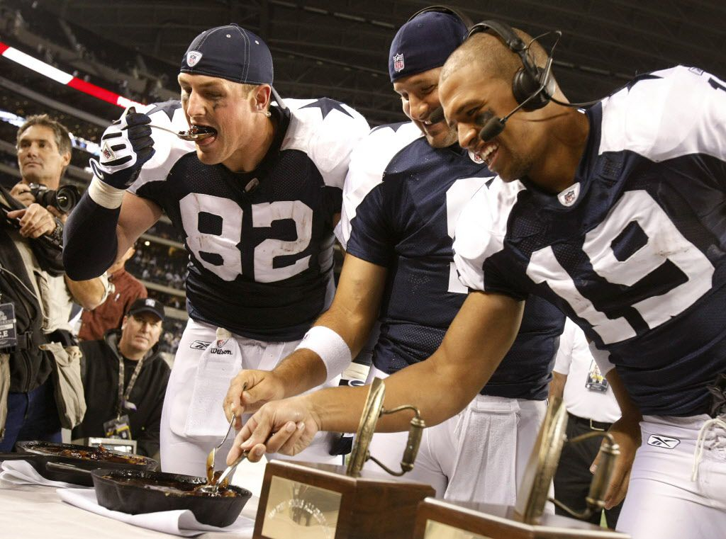 ORG XMIT: *S0428258982* Dallas Cowboys players from left, Jason Witten, Tony Romo, and Miles Austin chow down on Phil Simms wife's cobbler during a post-game trophy presentation and interview of an NFL game at Cowboys Stadium in Arlington. The Cowboys won 24-7. (Tom Fox/The Dallas Morning News)