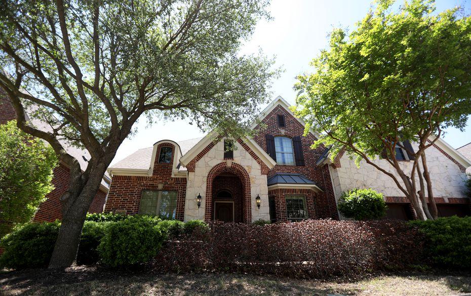 La entrada de la casa ubicada en el 1847 Nueces Drive en Allen, Texas, el 25 de abril de 2021, donde ocurrió el doble homicidio.