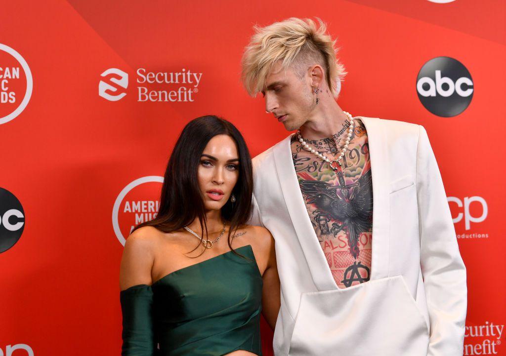 El cantante Machine Gun Kelly y la actriz Megan Fox hicieron público su romance en julio de 2020.