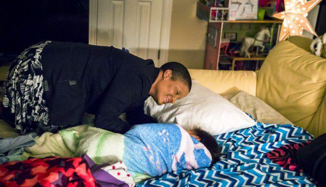 Noelle LeVeaux despierta a su hija una mañana antes de clases, en su casa en Plano. LeVeaux es una sobreviviente de cáncer de seno, un diagnóstico que alteró la vida de ella y su familia. (DMN/SMILEY N. POOL)