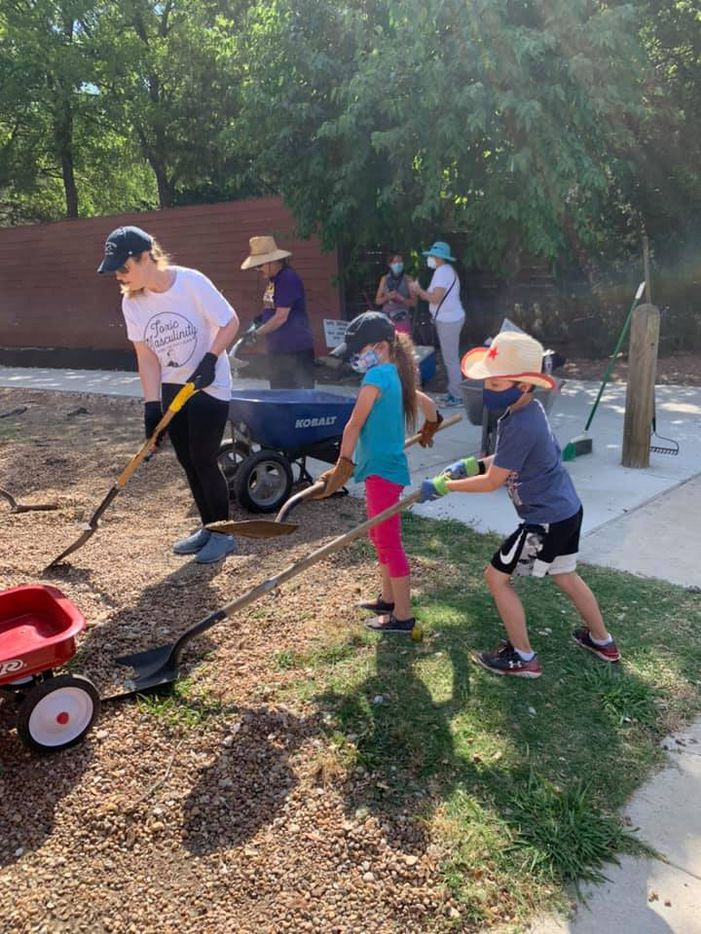 Once donations were raised to purchase supplies and materials, neighbors and friends of the Cochran Heights Neighborhood Association worked in summer 2020 to install soil, mulch, and plants as they tranformed the formerly abandoned alley into a linear community park space in their Dallas neighborhood.