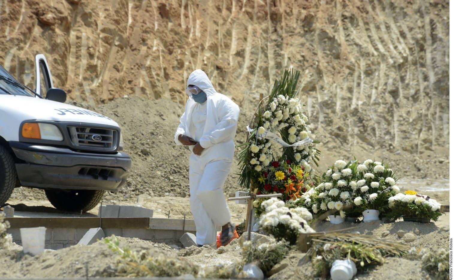 Varios cementerios mexicanos han abierto fosas comunes para que las familias que no tienen recursos económicos para contratar cremaciones ni servicios funerarios especiales puedan depositar los restos de sus seres queridos víctimas del coronavirus.