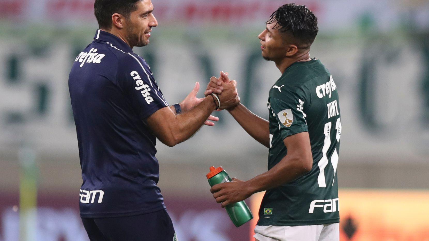 El entrenador del Palmeiras, Abel Ferreira (der), felicita a uno de sus jugadores tras haber conseguido el pase a la final de la Copa Libertadores de América.
