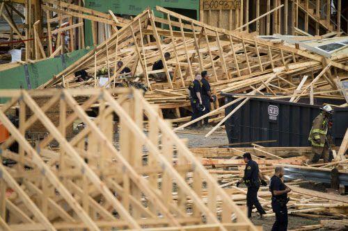 Trabajadores de emergencia llegaron hasta West Dallas para rescatar a obreros heridos tras el derrumbe de una vivienda en construcción. SHABAN ATHUMAN/DMN