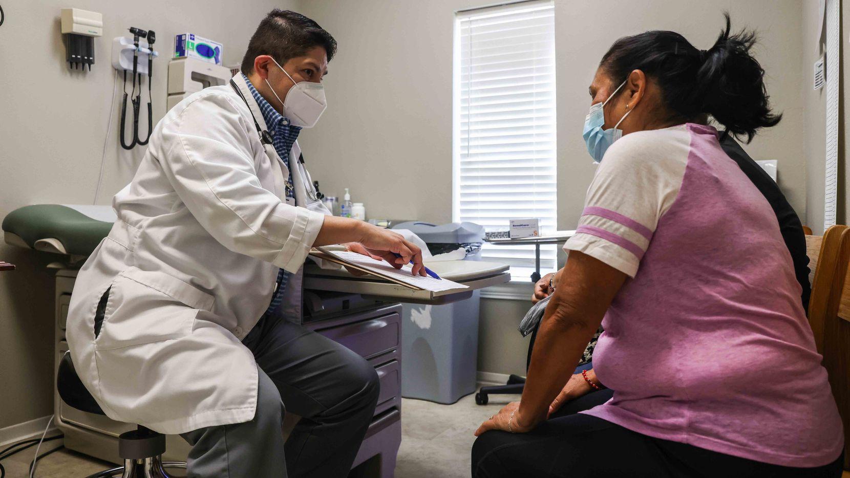 Las clínicas comunitarias tienen una relación más cercana con pacientes de comunidades desprotegidas y son un recurso invaluable para que las personas no inunden las salas de hospitales. En la imagen, el Dr. Eduardo Alvarez platica con su paciente, Francisca Ayala.