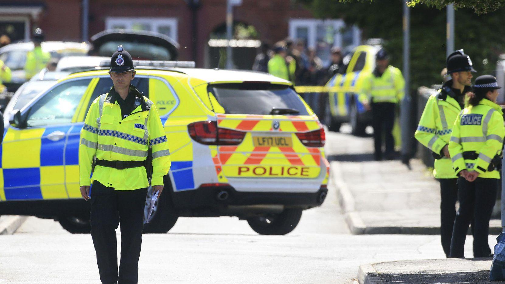 La policía patrulla la calle tras una arresto en Chorlton, Inglaterra, con relación al atentado con bombas en un concierto de Ariana Grande el martes, 23 de mayo de 2017. (AP/DANNY LAWSON)