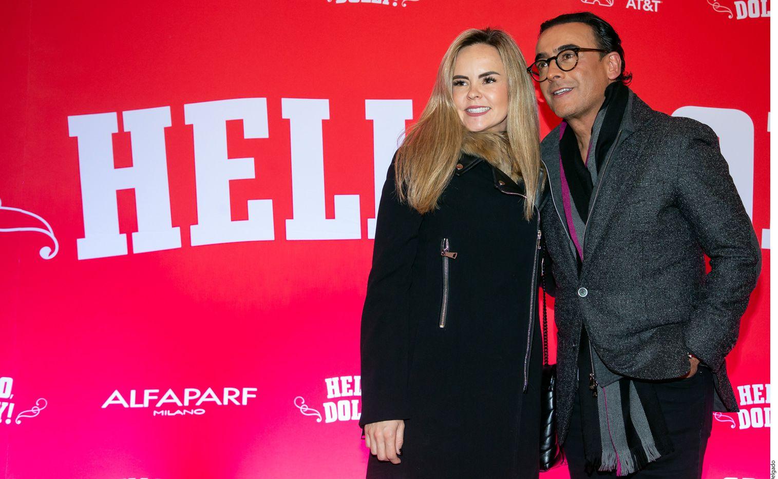 """Karla de la Mora (izq.) y el conductor Adal Ramones (der.) acudieron al estreno de """"Hello Dolly!""""./ AGENCIA REFORMA"""