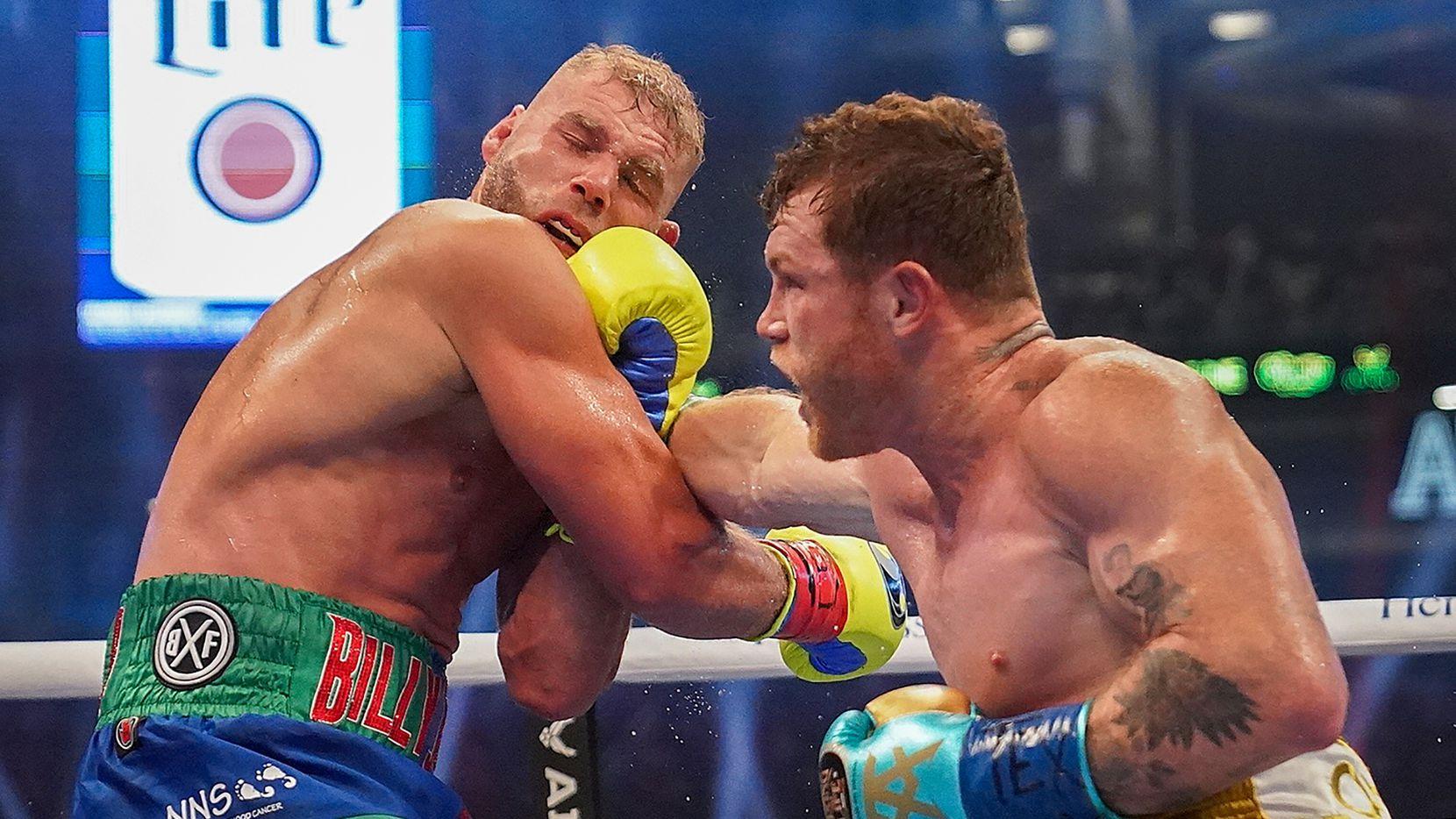Saúl Canelo Alvarez (der), conecta en el rostro de Joe Billy Saunders durante su pelea en el AT&T Stadium de Arlington, el 8 de mayo de 2021.