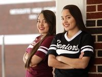 Karen Janette Briseño (izq.), y Karen Judith Briseño son las graduadas con calificaciones más altas de la preparatoria de Mesquite.