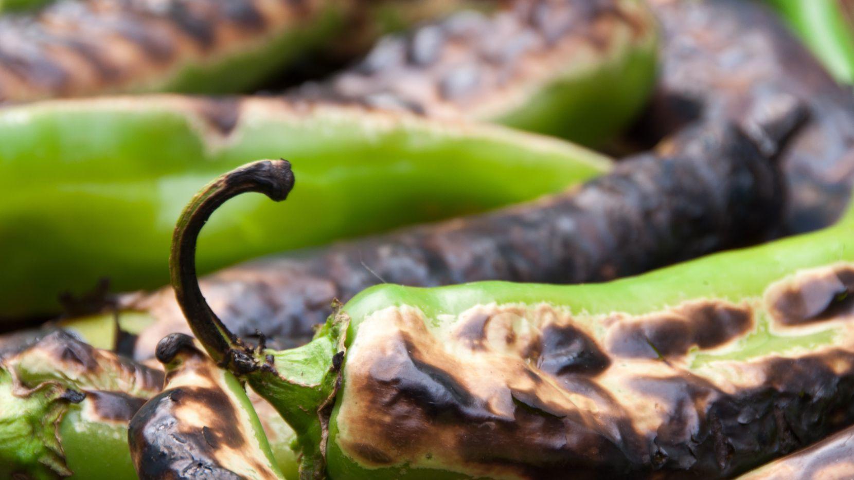 Chiles verdes siendo tatemados en un comal.