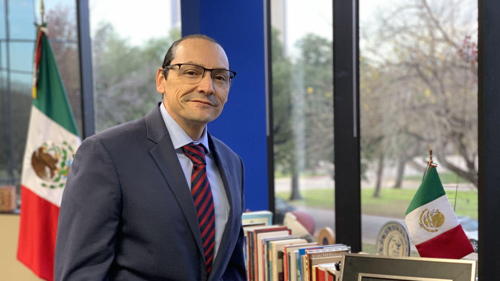 Francisco de la Torre, cónsul general de México en Dallas, pidió a los mexicanos unirse en la colecta para juntar fondos y poder apoyar a más jóvenes a tener educación universitaria en los Estados Unidos.