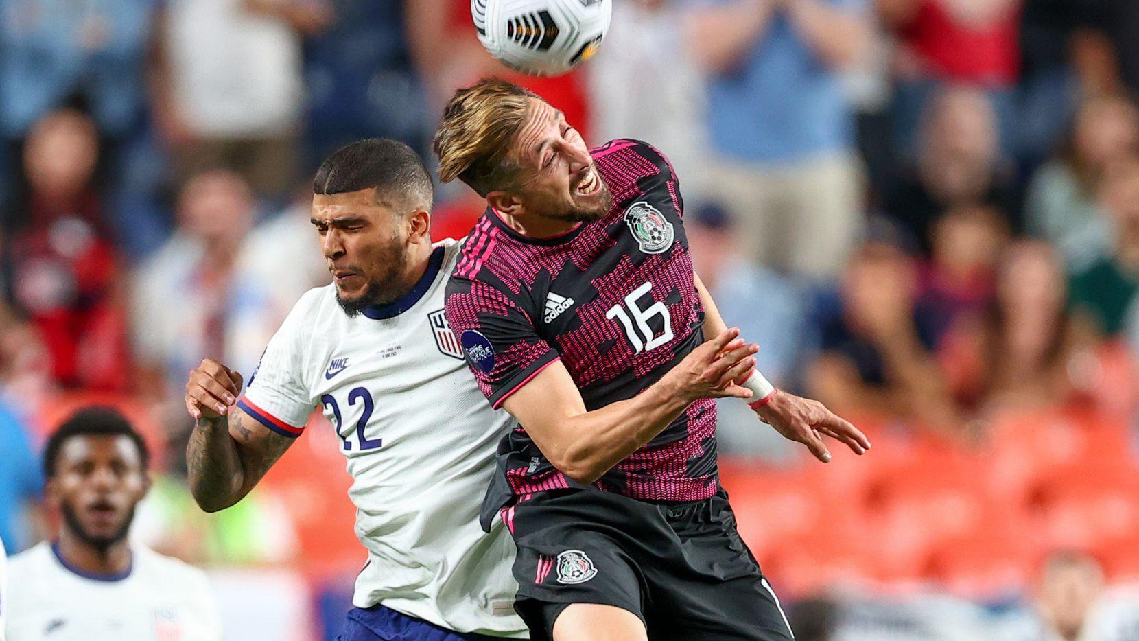 DeAndre Yedlin (der) de  Estados Unidos y Héctor Herrera de México, luchan por el balón durante la final del Campeonato de la Liga de Naciones de Concacaf, el 6 de junio de 2021 en Denver.