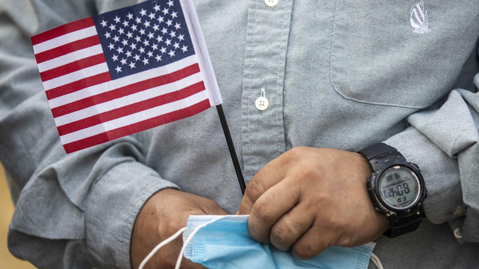 El Servicio de Ciudadanía e Inmigración reconoció que los funcionarios al frente de algunas ceremonias de naturalización dijeron a nuevos ciudadanos que no eran elegibles para votar.